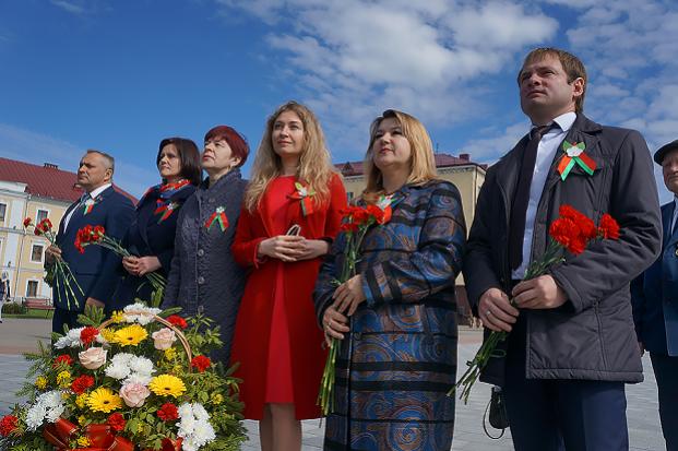 На торжественной церемонии возложения цветов к Вечному огню на площади Славы в г.Могилеве